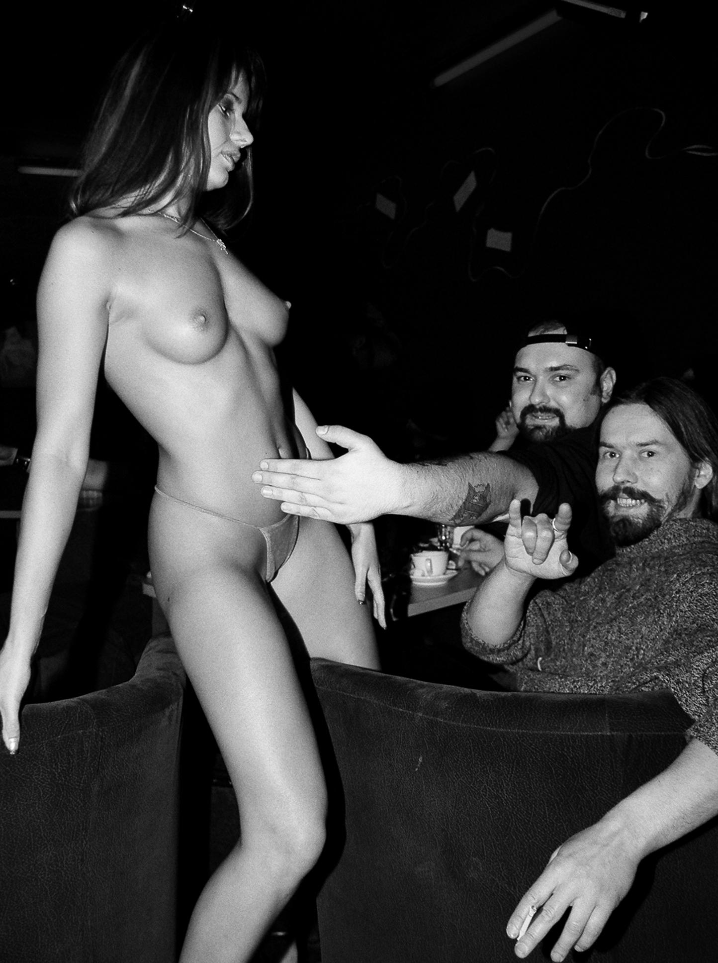 Фото голые девушки на концерте 23 фотография